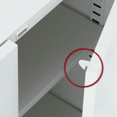 引き手を引くとラッチがはずれ、閉めるとラッチが作動します。地震時に自然に扉が開いたり、収納物が飛び出すのを防ぎます。