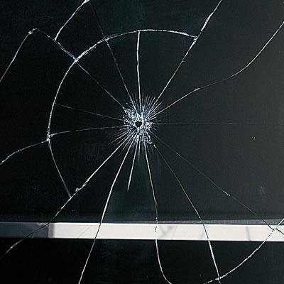 不意の事故や地震のとき、もしガラスが割れても破片が飛び散らないように飛散防止フィルム貼りガラスも別注にて承ります。
