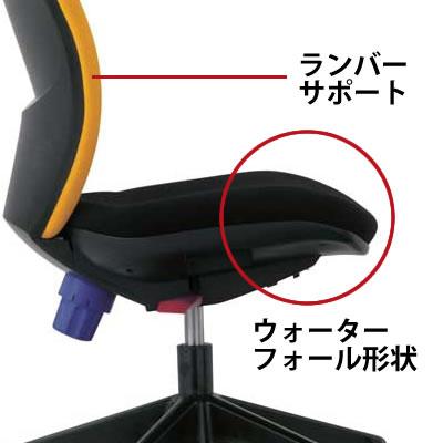 大腿部の圧迫を軽減する座前部の流れ落ちるようなカーブ、腰骨を安定させる背もたれのランバーサポート形状など、長時間の着座姿勢にも疲労を感じさせないクッションを採用しています。
