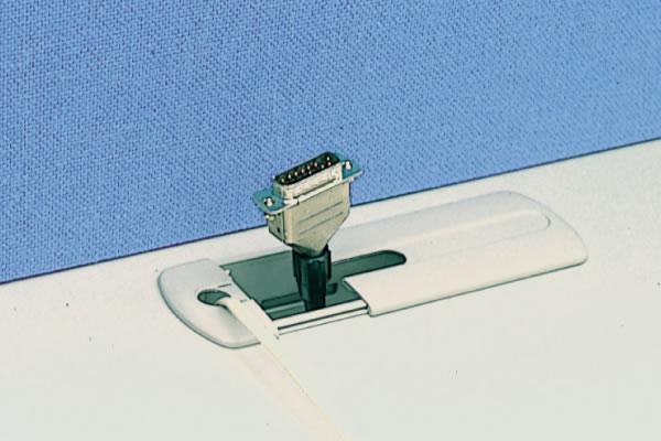 左側に天板コードホールが付いています。電話コードは専用のコードから、またその他の複数のコードはカバーのツメを折り取り、引き出すことができます。