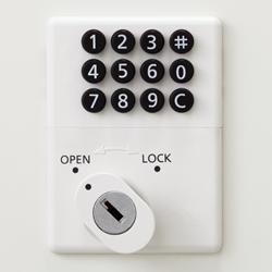 使用方法は自由変換式(施錠時任意の暗証番号を入力して使用する)、または固定式(暗証番号を再登録するまでどう番号を使用する)からお選びいただけます。 暗証番号を忘れた時は、非常解除用ダイヤルNo検索キー(別売)が必要となりますので暗証番号の管理は十分注意してください。 オールメカ式なので、面倒な配線工事や電池切れの心配がありません。 ボタンタイプのキーレス(鍵不要)錠です。