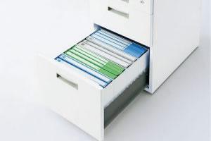ワゴンの引き出しには、A4ファイルやA4ボックスファイルが入ります。縦方向にはB4ファイルも収納できます。