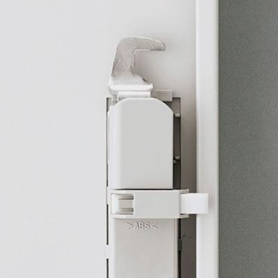 取っ手はラッチ付きです。こじ開け防止に強いカマ錠を採用しました。
