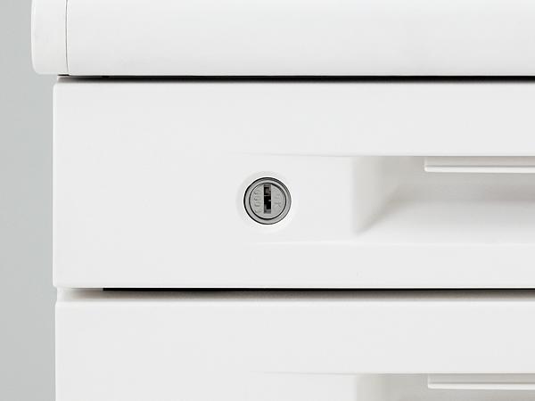 引出し全てが一度に施錠できるオールロック式。錠は上下がない両刃タイプ採用で、鍵穴の上下を確認することなくスムーズに開閉できます。