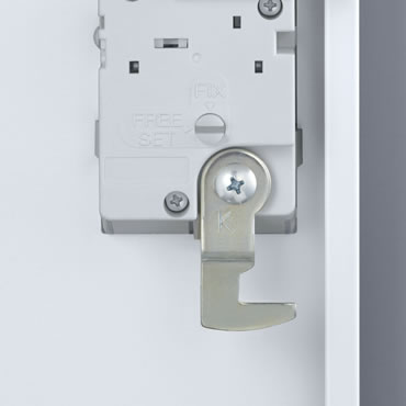 こじ開け防止に強いカマ錠を採用。ダイヤル錠の裏側には自由変換式と固定式を切り替えるツマミが付いています。