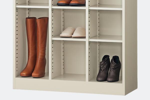 ブーツや長靴などの長尺な収納物に柔軟に対応できるシューズボックスです。列ごとに棚の位置を変更できるので効率よく収納できます。