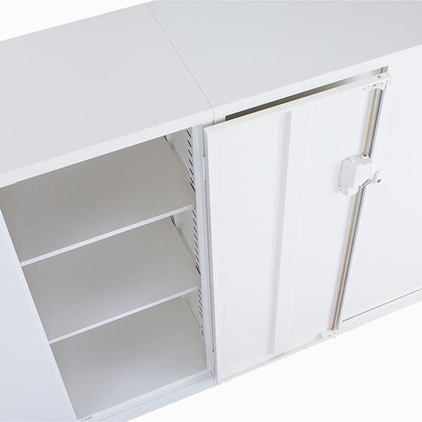使い勝手を考えて、180度開きが可能なヒンジを採用し、狭い通路でも扉が邪魔になりません。※両開き書庫のみ