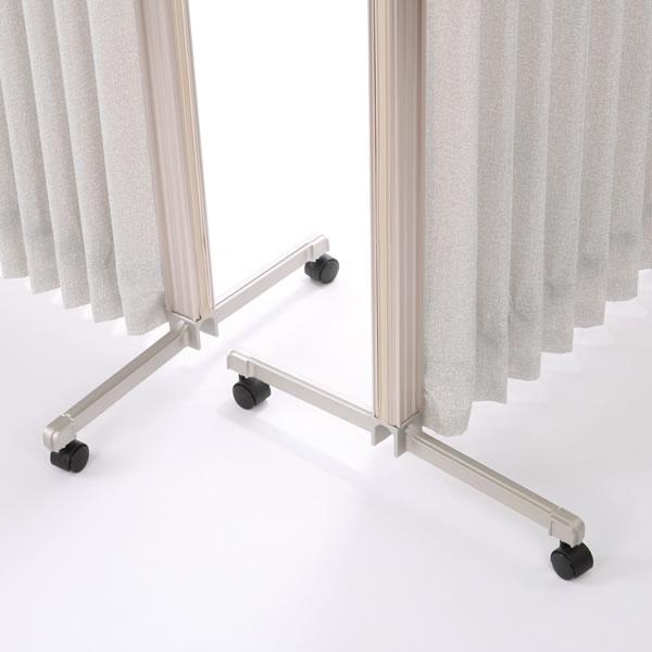 脚部センターの凹みに合わせてキャスター脚を差し込めば、コーナー連結が可能です。