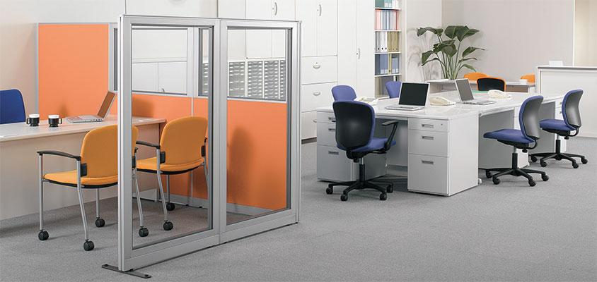 シルバーメタリックのシャープでスタイリッシュなデザインとフレキシブルな機能が新しいオフィススペースを提供します。