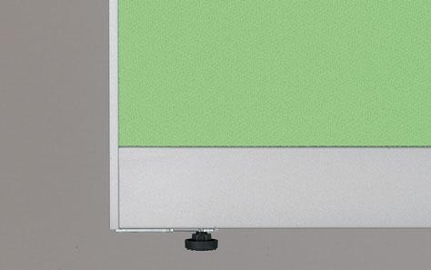 ゴム質樹脂(エラストマー)一体型 アジャスターを採用。Pタイルなど滑りやすい床でも安心です。