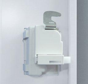 ラッチ付錠前一体型の取っ手はこじ開け防止に強いカマ錠を採用しています。