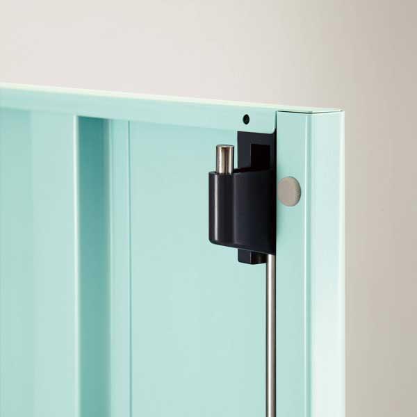 扉の上下および錠前部の3点でロックする機構を備えていて、しっかりと施錠できます。