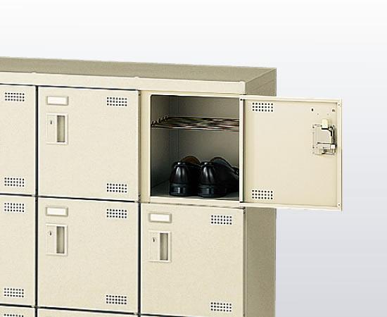 扉の中には網棚が付属しているので、スリッパや室内履きと外靴を個人で管理・収納できます。