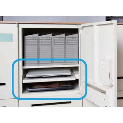 充電したノートPCやスマートフォンなどを取り出しやすいスライド棚。