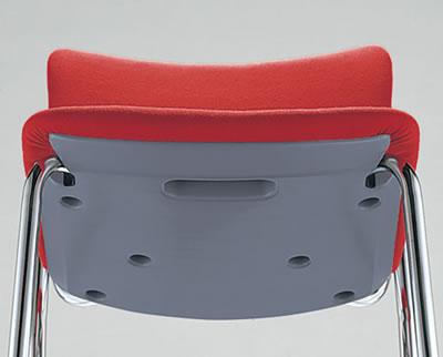 座面の裏にも持ち手があります。着座時にちょっとイスを引いたり、持ち運び時にも便利です。