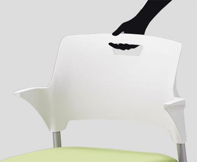 背もたれには取っ手付き。着席や移動の際に便利です。