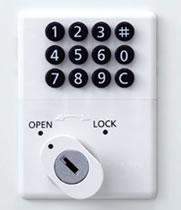 ボタンタイプのキーレス(鍵不要)錠です。0~9と#の11個のボタンを組み合わせて押すことで施錠・解錠ができます。使用方法は自由方式(施錠時任意の暗証番号を入力して使用する)又は固定式(暗証番号を再登録するまで同番号を使用する)からお選びいただけます。暗証番号を忘れた時は別売りの非常解錠用キーで解錠できます。オールメカ式なので、面倒な配線工事や電池切れの心配がありません。