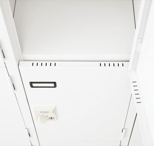 扉の正面ではなく、上下に通気孔を設けました。庫内で空気の還流を起こし、においが籠ることを防ぎます。