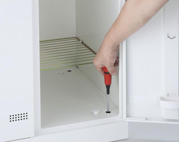 ロッカーの内側から高さ調整が可能です。アジャスター機構によりロッカーの水平、垂直を保ちます。