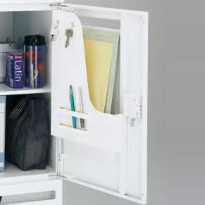扉裏にトレーの付いたタイプは、メールボックスとして配られた書類を受けたり、よく使う書類や筆記具などの一時的な収納として使えて便利です。