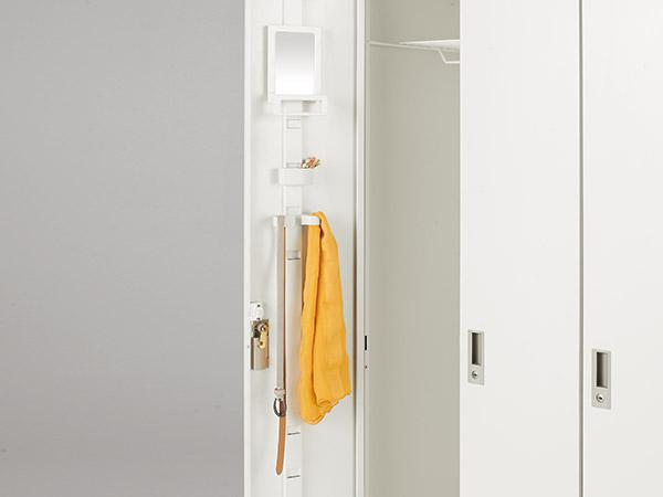 扉の裏側にはスリットがあり、取り付ける高さを変えることによって付属品の用途が広がります。