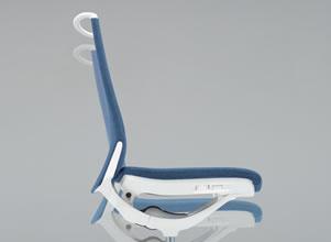 くるぶし(アンクル)を中心として背と座がシンクロしてスライドするアンクルチルト®リクライニング。リクライニングした時に太ももなどを圧迫することなく、自然な姿勢をサポートします。(リクライニング角度:15°)