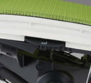 座面の両サイドにあるレバーを同時につまむと、50mmの範囲で座の奥行が調節できます。どんな体格でも快適に座れる決め手です。