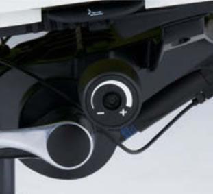座面右下のダイヤルを回して、リクライニングに必要な力(寄りかかる力)を無段階に調節可能です。