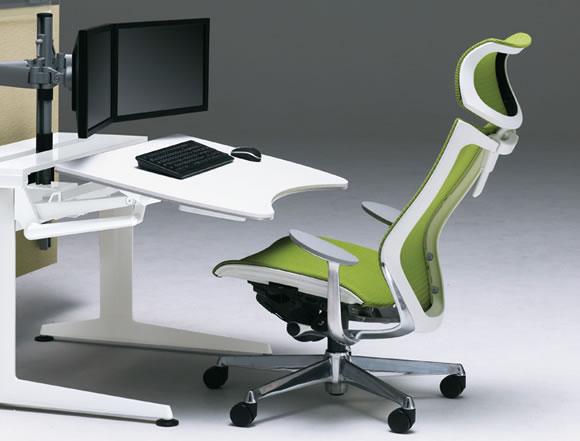 背もたれに寄りかかり、じっくり考える姿勢。デスクに腕を預け、キーボードをたたく姿勢。PCワークは、基本は着座姿勢です。アトラスチェアは、オフィスでもプライベートでも、PC作業を行うワーカーへ最適なワーキングスペースをお届けするためのオフィスチェアです。