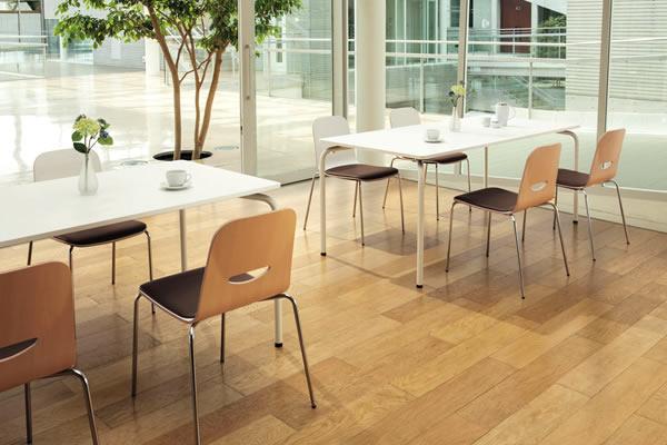 ヴィコロシリーズは、オフィス内の一角に自然に調和するシンプルさを大切にしたリフレッシュチェアーです。ほかのオフィス家具とも調和する自然なホワイトとナチュラルのカラーを基調に、カド丸のコロンと柔らかなデザインと素朴な雰囲気が魅力。ほっと仕事の緊張を癒してくれるようなチェアーです。