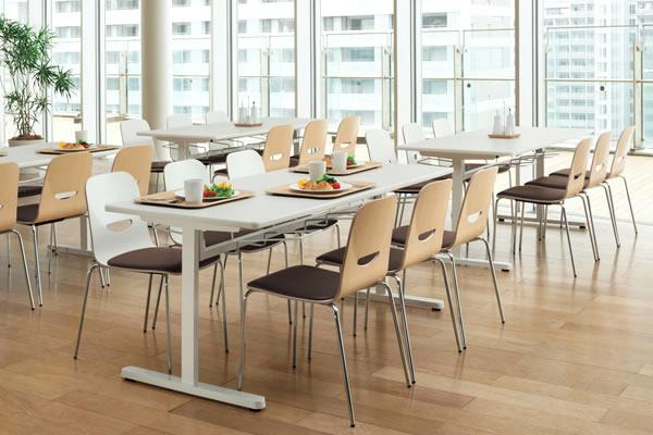 ヴィコロチェアーの座面と背もたれは、表裏ともに汚れに強いメラミン化粧板仕上げ。座面のパッドも耐次亜塩素酸仕様のビニールレザーなので、汚れもサッと拭き取ることが出来ます。衛生的に使えるため、食堂用チェアとしても活躍します。