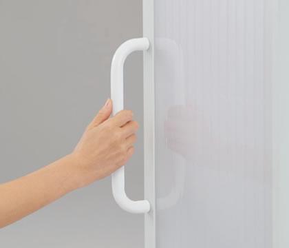 拭きやすく握りやすい形状のハンドル付き。重心軸に合わせた位置に取り付けることで、安心して扱えます。