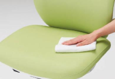 医療機関用の家具として、常に衛生的に扱えることも欠かせない条件です。このチェアに使われている張地は耐アルコール・耐次亜塩素酸の素材なので、日々の清掃の際にも安心して拭いていただけます。