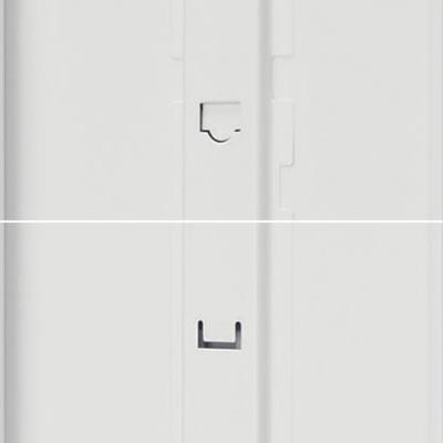 扉の裏には、オプションの鏡や傘立てなどを設置できる取付け穴が開いています。1段タイプは複数の取付け穴から好きな場所を選んでの設置も可能です。