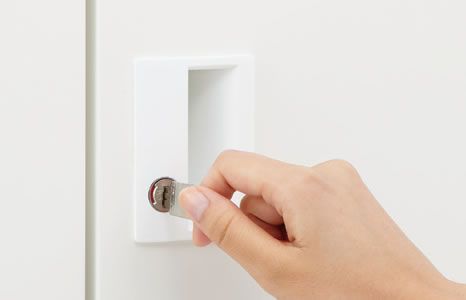 開閉状態が一目でわかるインジケーター付きのシリンダー錠。内筒交換で鍵番号の変更が可能です。鍵の上下がない両刃キー。※内筒交換の際は内筒交換セットが別途必要です。