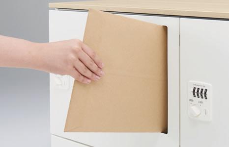 高さに関わらず投入しやすい縦型タイプです。郵便物はそのまま内部のトレーに立てて収納されます。