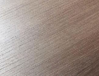 指紋のつきにくいマークレス仕様のプライズウッド天板。落ち着いた上品な美しさに仕上がっています。