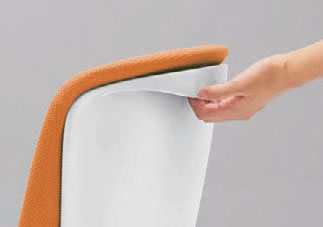 背面のアウターシェルには、クロスに触れずに椅子を引き出せる手掛け付きです。