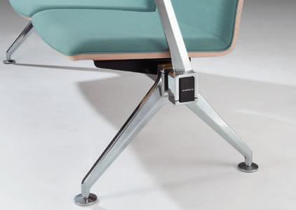 脚部はシャープで堅牢性に優れるアルミ素材を採用。磨き仕上げにより高級感を演出します。