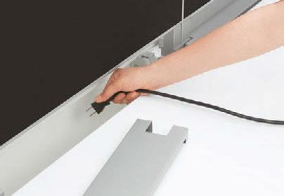 天板中央のダクトは大容量。手を入れやすいワイドな幅で、OAタップなどの出し入れも容易です。