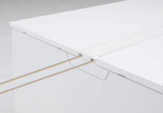 エンド脚の上部カバーを外せば、横送り配線が可能。隣接して設置した共有プリンター等へ、スマートに配線します。