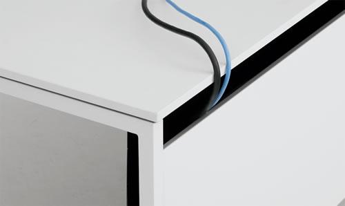 天板と幕板の間は全面に隙間があり、ダクトから机上面へ配線の立ち上げが可能です。