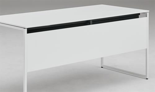 足元を隠す幕板が標準搭載されているので、向かいからの視線を気にせず作業に集中できます。