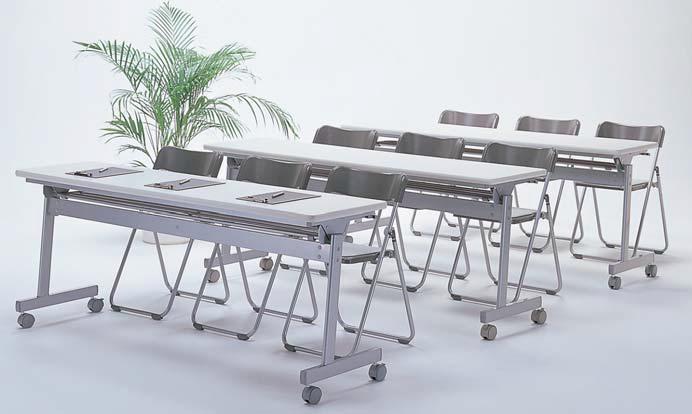 幅1800mmのテーブルに3脚ゆったりセッティング