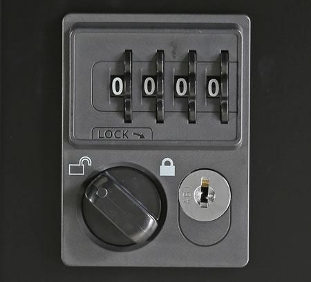 施錠は4桁の暗証番号を設定するダイヤル錠。キーの持ち運びや保管の必要がないので、キーの紛失による盗難などの心配もありません。