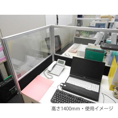 デスクの周囲に設置した使用例(ブラック)。デスク上のスペースに侵食しないので、ストレスなく机上を有効に使えます。